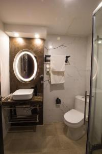 A bathroom at Hotel Mellasse