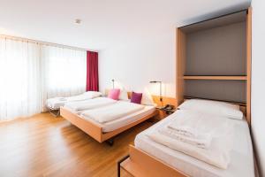 Кровать или кровати в номере Hotel Krone Buochs