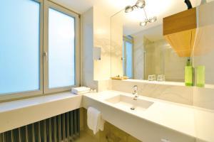 A bathroom at Best Western Premier Hotel Victoria