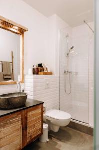 A bathroom at Eyja Guldsmeden Hotel