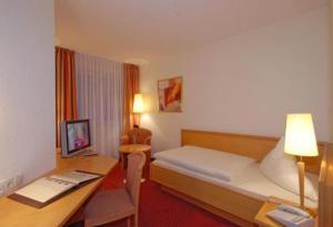 Ein Bett oder Betten in einem Zimmer der Unterkunft Waldhotel Forsthaus Hainholz