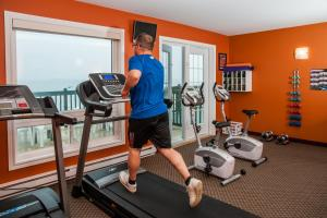 The fitness centre and/or fitness facilities at Shallow Bay Motel & Cabins Conference Centre
