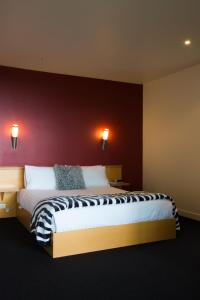 A bed or beds in a room at River Vineyard Retreat