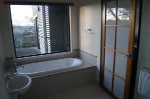 A bathroom at River Vineyard Retreat