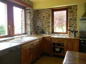 A kitchen or kitchenette at La Boucharderie
