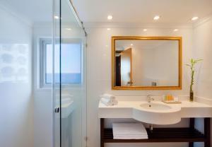 Een badkamer bij Orchid Tel Aviv
