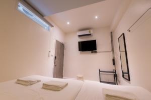 A television and/or entertainment center at Boxpackers Hostel Pratunam
