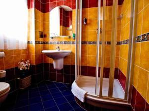 A bathroom at Hotel William