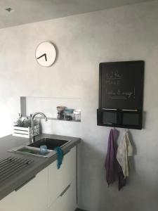 A kitchen or kitchenette at i 2 re