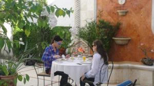 A restaurant or other place to eat at The Villa Tievoli Bed & Breakfast