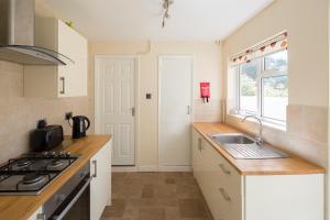 A kitchen or kitchenette at Stylish Modern
