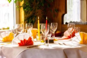Ein Restaurant oder anderes Speiselokal in der Unterkunft Hotel Cortina