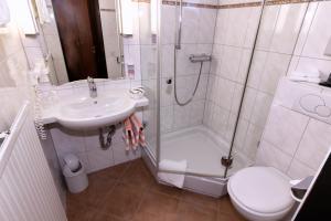 Ein Badezimmer in der Unterkunft Hotel Cortina