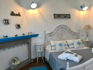 A bed or beds in a room at Palmasera Bed & Breakfast