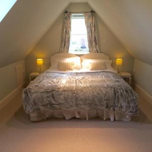 A bed or beds in a room at Eydon B&B