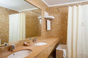 A bathroom at Hotel do Elevador