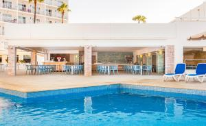 Het zwembad bij of vlak bij Globales Condes de Alcudia