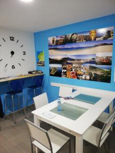 The lounge or bar area at Albergue Arasolis