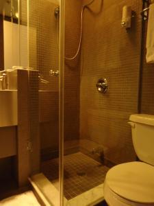 A bathroom at The Rex Hotel Jazz & Blues Bar