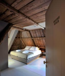 A bed or beds in a room at Omke Jan