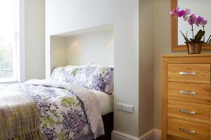 A bed or beds in a room at Red Lea Apartments