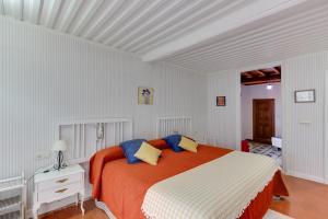 A bed or beds in a room at Posada de Los Aceiteros