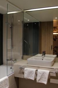 A bathroom at Sorat Hotel Saxx Nürnberg