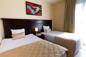 Ein Bett oder Betten in einem Zimmer der Unterkunft Blue Waves Resort