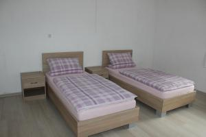 A bed or beds in a room at Zum-Altbreitenfelderhof