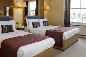 Een bed of bedden in een kamer bij Best Western Burns Hotel Kensington