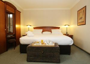 A bed or beds in a room at Millennium Hotel Paris Charles De Gaulle