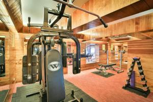 The fitness centre and/or fitness facilities at Mom Tri's Villa Royale