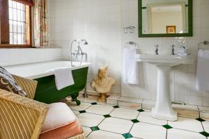 A bathroom at Burford House
