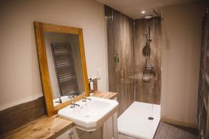 A bathroom at Glen Clova Hotel & Luxury Lodges