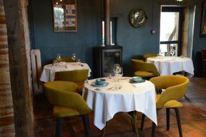 A restaurant or other place to eat at Art'Hotel & SPA Le Potin Gourmand