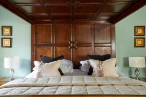 A bed or beds in a room at Burford House