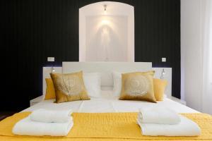 A bed or beds in a room at Studio Apartman Fictilis