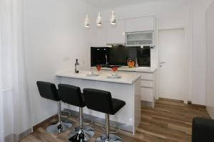 A kitchen or kitchenette at Studio Apartman Fictilis