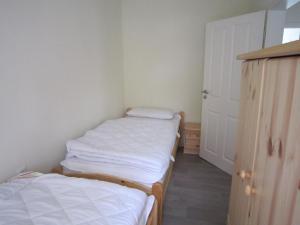 Ein Bett oder Betten in einem Zimmer der Unterkunft Ferienwohnung Friesenstall