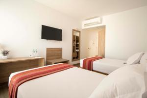 A bed or beds in a room at Tierra Viva Miraflores Mendiburu
