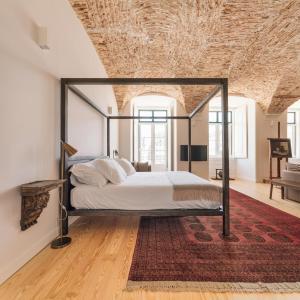 Uma cama ou camas num quarto em The Visionaire Apartments