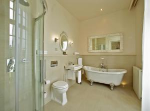 A bathroom at Wyndham Halcyon Resort La Souterraine