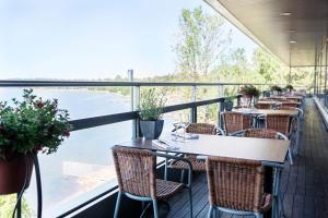 A restaurant or other place to eat at Hilton Helsinki Kalastajatorppa