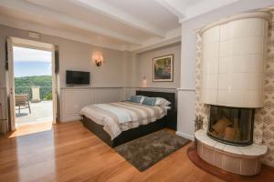 A bed or beds in a room at Hotel Draga di Lovrana