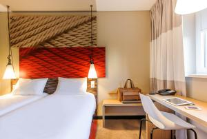 A bed or beds in a room at Ibis Hamburg City