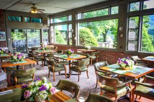A restaurant or other place to eat at Wilburton Inn