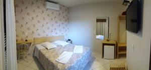A bed or beds in a room at Hotel Da Vila