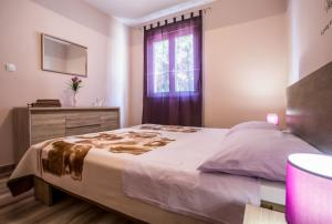 A bed or beds in a room at Apartments Dalmatia Blue