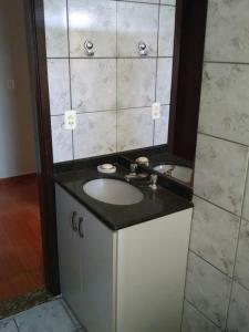 A bathroom at Apartamento 1 quarto zona 7