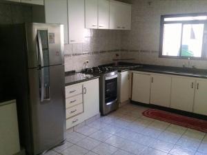 A kitchen or kitchenette at Apartamento 1 quarto zona 7